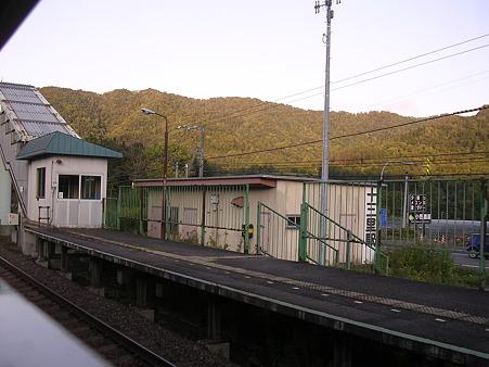 十三里駅ホームと駅舎