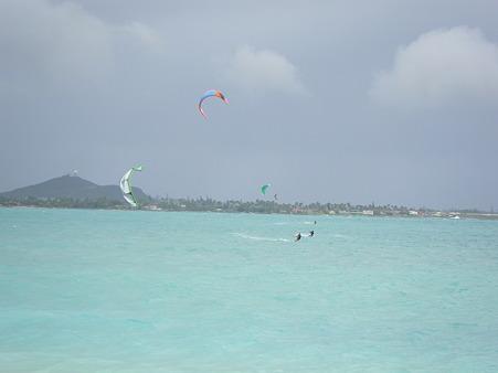 カイルアビーチのカイトサーフィン