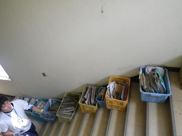 写真: 被災したアルバムを運び込む
