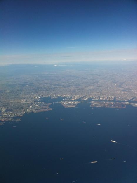 写真: 空から見た横浜と東京