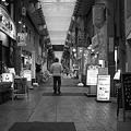 写真: 商店街を歩く