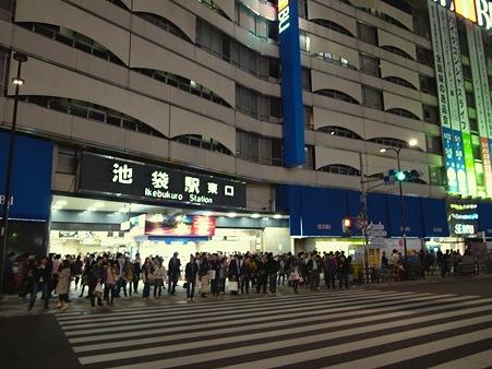 JR池袋駅-東口出口の交差点で青信号を待つ方々@池袋