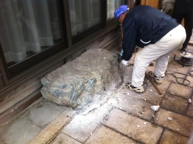 近所で沓脱石が車を駐車するのに邪魔になったということで、撤去と代わりの石の設置です。