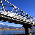 富士川を渡るN700系