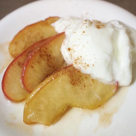 フライパン焼きりんご+無脂肪ヨーグルト