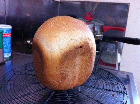 パンが焼けましたよー。すぐ食べたいけど、熱くて触れない。。