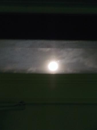 家の中から見える満月