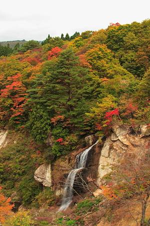 面白山高原駅より望む紅葉と滝