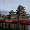 照片: 松本城と赤い橋