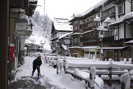 2011.03.10 銀山温泉 雪かき