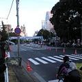 写真: 増上寺前なう。箱根駅伝を待ってみる。