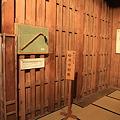 100315-238高山陣屋・柱に残る蛤刃の痕