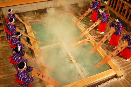 草津温泉 湯もみ風景