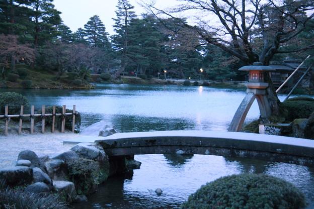 夕暮れの霞が池と徽軫灯籠  兼六園