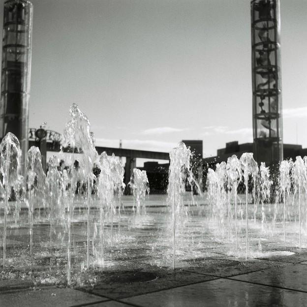 写真: 冬空の噴水